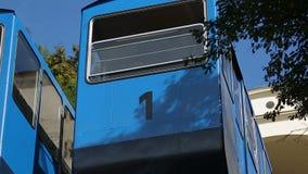 Twee bewegende cabines van de kabelbaan van Zagreb, openbaar vervoer, beroemde aantrekkelijkheid stock footage