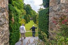 Twee bezoekers in de topiary tuin van Plas Brondanw, Noord-Wales royalty-vrije stock afbeelding