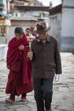 Twee biddende monniken die in de straat overgaan Stock Afbeelding