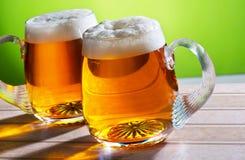 Twee bieren op de lijst stock foto's