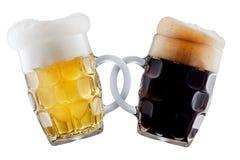 Twee biermokken die toost maken Stock Foto's