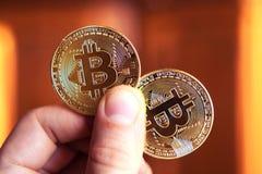 Twee bitcoins in hand Investering, cursusverandering, stijging, daling, luxe, succes, beurs - concept stock fotografie