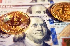 Twee bitcoins op de Investering van dollarrekeningen, cursusverandering - concept royalty-vrije stock foto