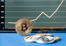 Twee bitcoins zijn leugen op het schaven Op de kalender zijn de laatste dagen van December 2017 Het concept crypto munten Royalty-vrije Stock Foto