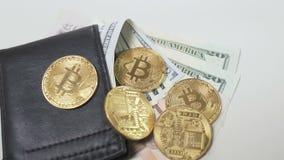 Twee bitcoinsbroodjes aan de beurs met geld stock videobeelden