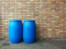 Twee blauwe chemische productenvaten Stock Afbeelding