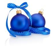 Twee blauwe die Kerstmisbal met lintboog op wit wordt geïsoleerd Stock Foto