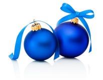 Twee Blauwe die Kerstmisballen met lintboog op wit wordt geïsoleerd Stock Afbeeldingen