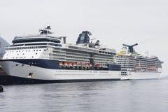 Twee Blauwe en Witte Schepen van de Cruise van de Luxe in Alaska Stock Afbeelding