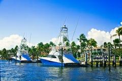 Twee Blauwe en Witte Vissersboten royalty-vrije stock afbeeldingen