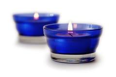Twee blauwe geïsoleerdel kaarsen Stock Afbeeldingen