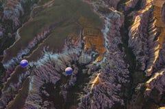 Twee blauwe hete luchtballons in de bergen stock foto's