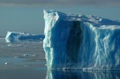 Twee blauwe ijsbergen Royalty-vrije Stock Afbeeldingen