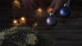Twee blauwe Kerstmisbal en nette takken stock video