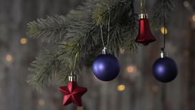 Twee blauwe Kerstmisbal en nette takken stock videobeelden