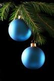 Twee blauwe Kerstmisballen Royalty-vrije Stock Foto's