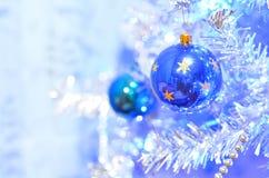 Twee blauwe Kerstmisballen stock afbeeldingen