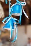 Twee blauwe klokken met linten Royalty-vrije Stock Foto's