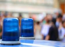 Twee blauwe lichtensirene van een politiewagen in de stad Stock Foto