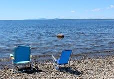 Twee blauwe stoelen bij het strand Royalty-vrije Stock Fotografie