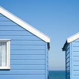 Twee blauwe strandhutten Stock Afbeeldingen