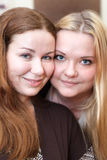 Twee blij jong vrouwenportret royalty-vrije stock foto