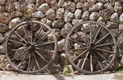 Twee blokkenwagenwielen - RUW formaat stock foto