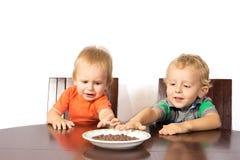 Twee blondebroers eten een rasnoten Stock Foto