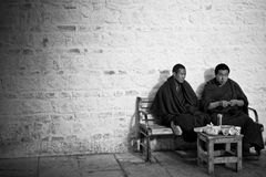 Twee Boeddhistische monniken die op een bank in Tashilompu-Sh Klooster zitten royalty-vrije stock afbeeldingen