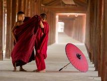 Twee boeddhistische monniksvulling royalty-vrije stock afbeelding