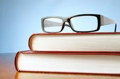 Twee boeken en glazen Royalty-vrije Stock Fotografie