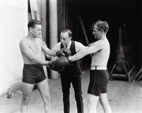 Twee boksers en een scheidsrechter (Alle afgeschilderde personen leven niet langer en geen landgoed bestaat Leveranciersgaranties Royalty-vrije Stock Fotografie