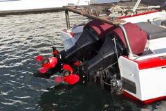 Twee bootmotoren met rode steunen Royalty-vrije Stock Afbeelding