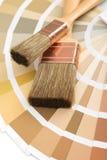 Twee borstels op een gids van het kleurenpalet stock fotografie