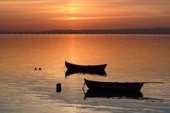 Twee boten bij zonsondergang Stock Foto's