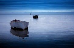 Twee boten in het overzees in blauwe kleur stock foto's