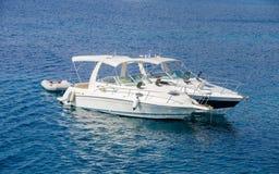 Twee boten op blauw water Royalty-vrije Stock Afbeelding
