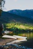Twee boten op de kust in Ulvik, Noorwegen Stock Afbeeldingen
