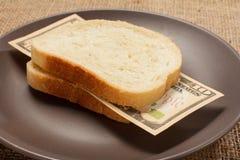 Twee boterhammen met tien Amerikaanse dollarsrekening als hamburger Royalty-vrije Stock Foto