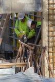 Twee bouwvakkers werken met een boorbeetje royalty-vrije stock foto's