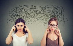 Twee boze ontstemd met elkaar vrouwen die luisterend niet elkaar negeren stock foto's