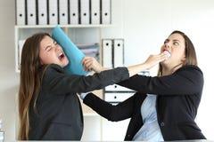 Twee boze stafmedewerkers die op kantoor vechten royalty-vrije stock afbeelding