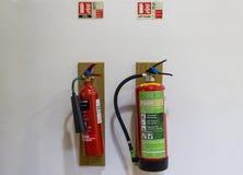 Twee brandblusapparaten stock fotografie
