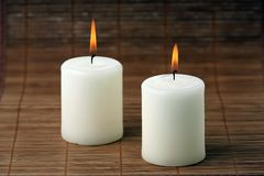 Twee brandende kaarsen Stock Foto's