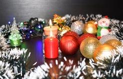 Twee brandende kaarsen en Kerstmisballen Royalty-vrije Stock Afbeeldingen