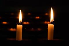 Twee brandende kaarsen op een donkere achtergrond Royalty-vrije Stock Fotografie