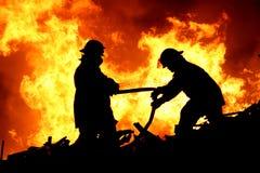 Twee brandvechters en vlammen royalty-vrije stock foto's