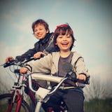 Twee broers berijden fietsen Royalty-vrije Stock Foto's