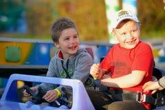 Twee broers berijden op de carrousel royalty-vrije stock foto's