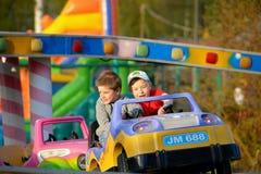 Twee broers berijden op de carrousel royalty-vrije stock fotografie